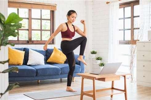 在家上班你常久坐吗?3种适合女性上班族又不无聊的居家运动